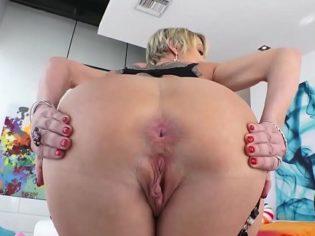 Madura de 40 años follando por el culo con un adolescente