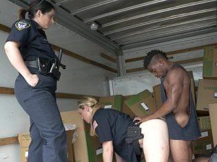 Policías follando con un ladrón callejero en una camioneta