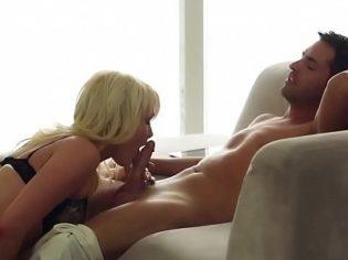 Haciendo el amor en el sofá ¡esta rubia es ardiente!