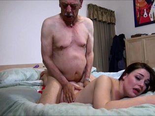 ¡Follame como a la abuela! Adolescente cerda deslechando al abuelo