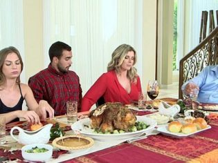 ¡Mamá déjame la polla, papá está al lado! La cerda folla con sus hijos