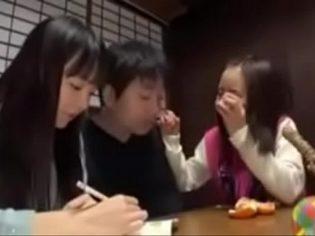 Incesto de una familia japonesa ¡el papá se folla a las hijas!