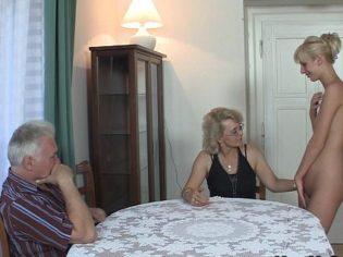 Dándole educación sexual a su hija mayor ¡que literales son estos padres!