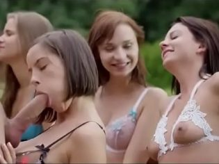 Cinco amigas disfrutando de un solo hombre ¡el chaval respondió como un macho!