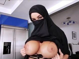 ¡Violando su religión! Musulmana tetona follando como una cerda
