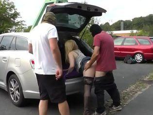 Folla con tres tios desconocidos en el estacionamiento de su trabajo