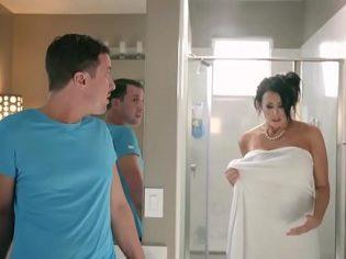 ¡Mamá! No sabía que estabas en el baño ¡perdóname!