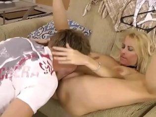 Cerda pone a su hijo a chuparle el culo ¡el chaval fue violado por su madre!