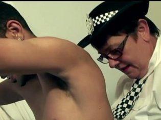 Dos policías maduras abusando de un ex convicto ¡le deslechan los huevos!