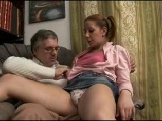 Italiano metiéndole el dedo a su hija en medio de la casa ¡es un cerdo!
