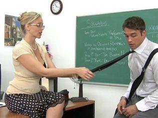 ¡Es una puta! Utiliza su autoridad para follarse a los profesores nuevos