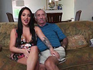 Chupándosela a un viejo por unos cuantos centavos ¡una puta barata!