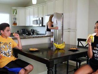 Chupándole la polla a su hermanito delante de la mamá ¡es una guarrilla!