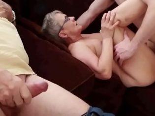 Abuela de 76 años follando con un adolescente en frente de su marido ¡que puta!