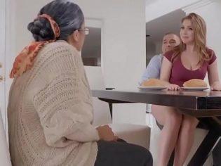 Follando con su novio en frente de la abuela ¡Ya no hay respeto!
