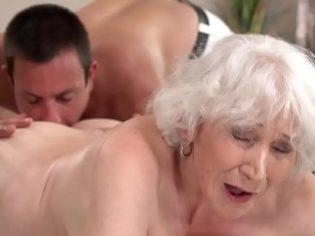 ¡Qué buen culito tienes! El chaval le saborea el culo a su abuela