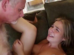 ¡Atroz castigo! Se enteró que su hija perdió la virginidad y mira como la castiga