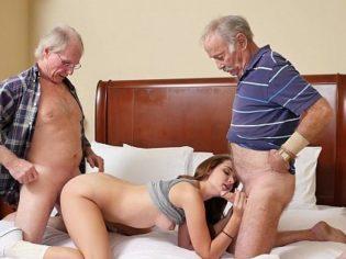 Deslechando a sus dos abuelitos ¡es una zorra incestuosa!