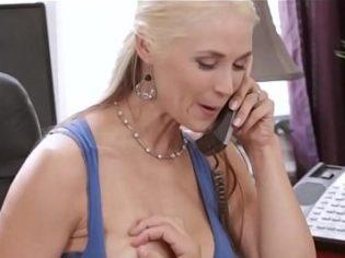 Follando con su hijo mientras habla por teléfono con su esposo ¡es una degenerada!