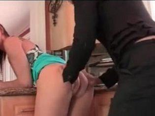Comiéndole el culo a su hija ¡es una puerca incestuosa!