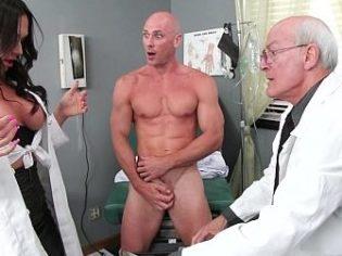 ¡Que buenas tetas tiene! La doctora se pone cachonda en frente de un paciente