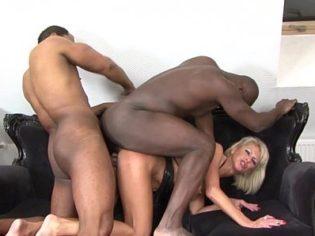 Sexy Milf tragándose un par de pollas negras por el culo