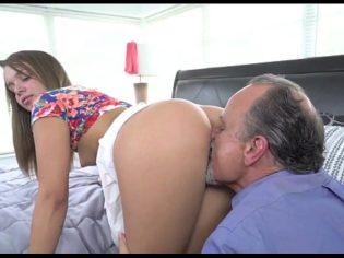 Olfateando el culo de su nieta ¡la chavala se entregó al incesto!