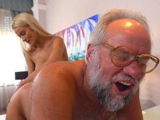 Jurungando el culo de su abuelo ¡La chavala es una puerca!