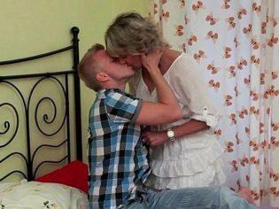 Haciéndole el amor a la mamá ¡le lleno el culo de semen!