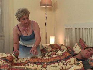 Abuela metiéndose a la cama de su nieto ¡Es una cerda!