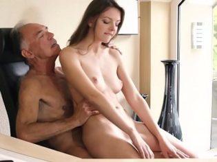Follando a la secretaria con Viagra ¡El viejito sabe lo que hace!