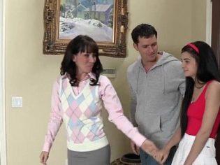 Madre e hijo corrompiendo a la hija del vecino ¡Es una putita!