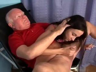 Rasurándole los huevos a su abuelo ¡La chavala termino follando con el!