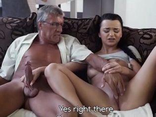 ¡Más rápido papi! Se masturba junto a su papá y terminan follando