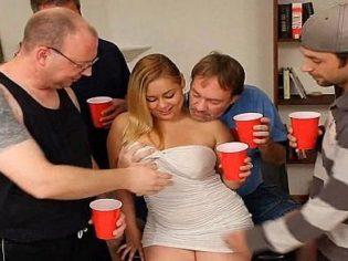Ella solita en una fiesta con cuatro tíos ¡Sabia lo que quería!