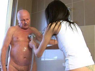 ¡Quédate quieto abuelo! Debes dejar echarte jabón en todo el cuerpo