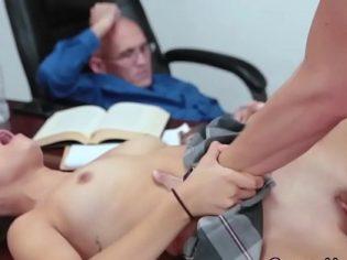 Drogaron al profesor y follaron en frente de el en el salón ¡Es una zorra!