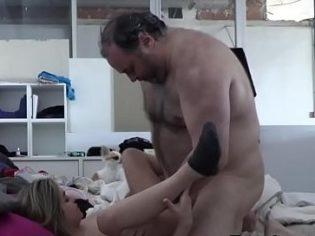 Torbellino llenándole el chocho a una jovencita de lefa ¡Es un cerdo!