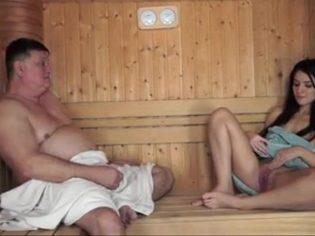 Un baño de vapor con su nieta ¡La jovencita es una puta!