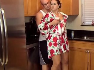 Comiéndose a la mamá en la cocina ¡El crio no tiene vergüenza!