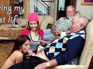 Lamiéndole los huevos al amigo de su abuelo ¡Unas buenas nietas!