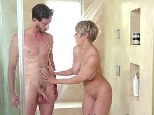 Enjabonando a su hijo ¡La puta piensa que el chaval aun es un bebe!