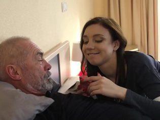 Visitando por última vez a su abuelo ¡Le dio el regalo de su vida!