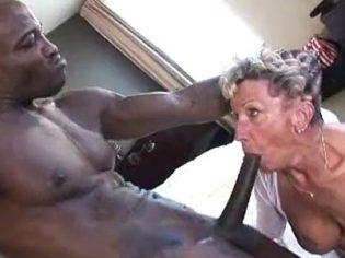 Negro dotado castigando a una abuela ¡La vieja es una puta!