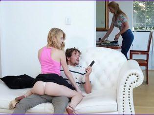 Hermanos follando en medio de la casa y su madre no se da cuenta ¡La chavala es una guarra!