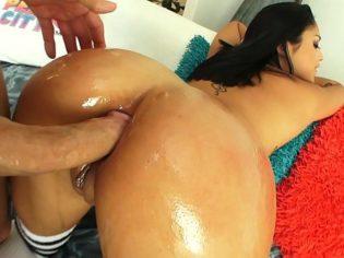 Latina culona entregando su culo a un dotado español ¡Le parte el culo!