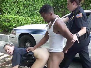 Partiéndole el culo a una oficial antes de ir a la cárcel ¡La relleno de semen!
