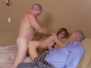 Un trio con el abuelo ¡Al anciano le encanta ver a sus nietas follar!