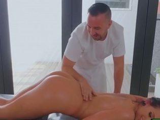 Fue por unos masajes y termino follando por el culo con el masajista