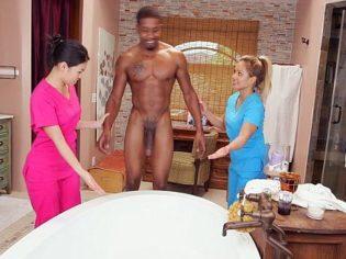 Terapista asiática masajean los huevos de un negro dotado ¡Es una experta!